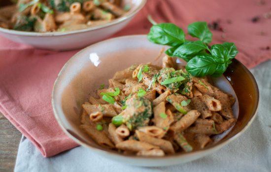 Pasta met tomatenroomsaus en broccoli